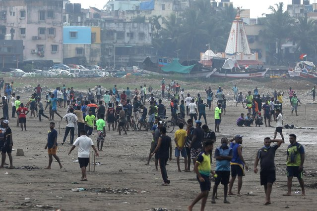 People are seen on Juhu beach, amidst the spread of the coronavirus disease (COVID-19) in Mumbai, India, September 6, 2020. (Photo by Francis Mascarenhas/Reuters)