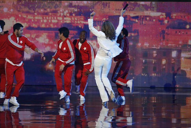 Show host Allison Janney dances on stage during the 2015 People's Choice Awards in Los Angeles, California January 7, 2015. (Photo by Mario Anzuoni/Reuters)