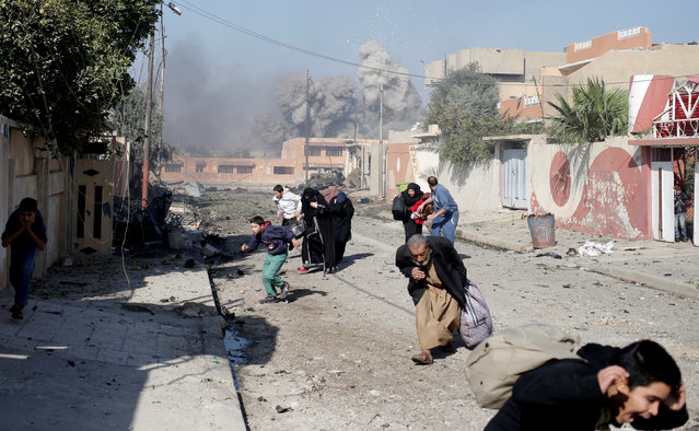 People run in panic after a coalition airstrike hit Islamic State fighters positions in Mosul, Iraq, November 17, 2016. (Photo by Goran Tomasevic/Reuters)