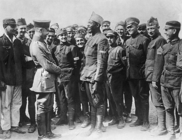 German officer interrogates a smiling African-American soldier from a Harlem regiment, as other Allied prisoners of war laugh in the background, Western Front, World War I, circa 1917.  (Photo by Hulton Archive/Getty Images)