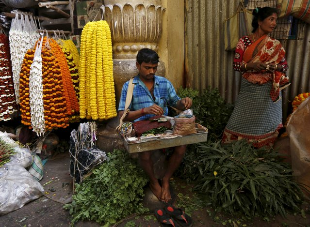 A vendor prepares paan, a betel nut-based chewable stimulant at a flower market in Kolkata, India, January 18, 2016. (Photo by Rupak De Chowdhuri/Reuters)