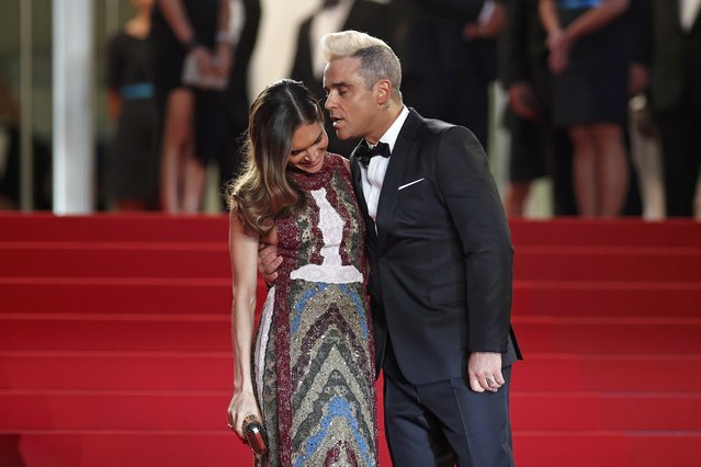 "Singer Robbie Williams (R) kisses his wife Ayda Field as they pose on the red carpet for the screening of the film ""The Sea of Trees"" in competition at the 68th Cannes Film Festival in Cannes, southern France, May 16, 2015. (Photo by Benoit Tessier/Reuters)"