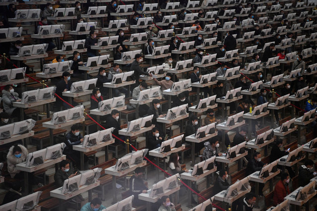 Traders wearing face masks are seen on the trading floor at a flower auction trading centre following an outbreak of the novel coronavirus in the country, in Kunming, Yunnan province, China on February 10, 2020. (Photo by Cnsphoto via Reuters)