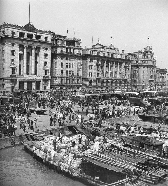 1948年3月,外滩,满载美国棉花的驳船。 (March 1948, the Bund, fully loaded barges of U.S. cotton)