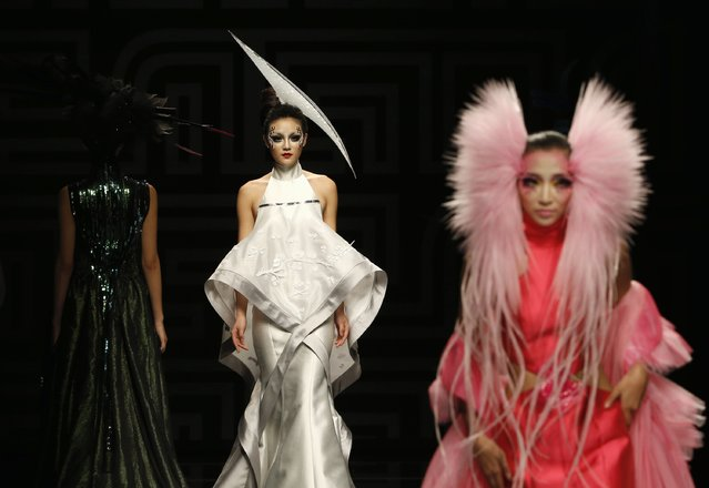 Models present creations at the MGPIN 2015 Mao Geping makeup trends launch during China Fashion Week in Beijing October 27, 2014. (Photo by Kim Kyung-Hoon/Reuters)
