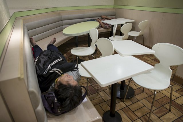 Men sleep at a 24-hour McDonald's restaurant in Hong Kong, China November 11, 2015. (Photo by Tyrone Siu/Reuters)