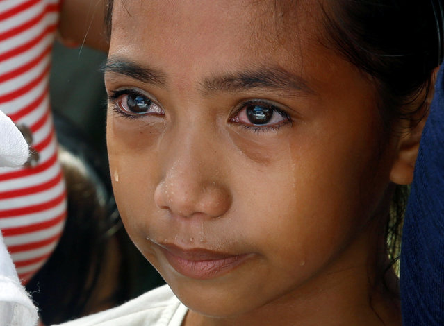 Lovely Batiancila weeps during the funeral of her father Vicente, whom police said was among five victims of drug related killings three weeks ago, in Navotas, Metro Manila in the Philippines, October 23, 2016. (Photo by Erik De Castro/Reuters)