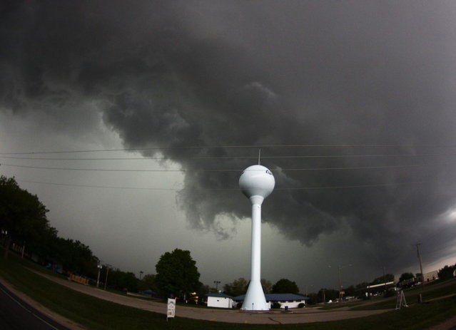 A tornadic thunderstorm passes over Clearwater, in Kansas May 19, 2013. (Photo by Gene Blevins/Reuters)