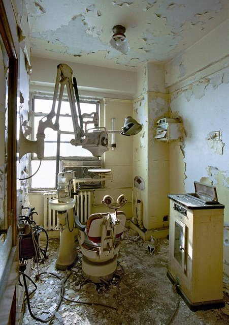 18th floor dentist cabinet, David Broderick Tower. (Photo by Yves Marchand/Romain Meffre)