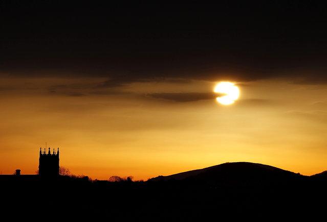 A general view of the sun rising over Zorroaga Mount in San Sebastian city, Basque Country, northern Spain, at dawn, April 9, 2015. (Photo by Javier Etxezarreta/EPA)