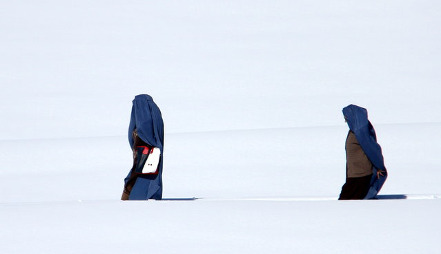 People make their way through snow covered way in Ghazni, Afghanistan, 04 March 2019. Afghanistan is experiencing harsh winters with temperatures falling well below freezing in many parts of the country. (Photo by Ghulam Mustafa/EPA/EFE)