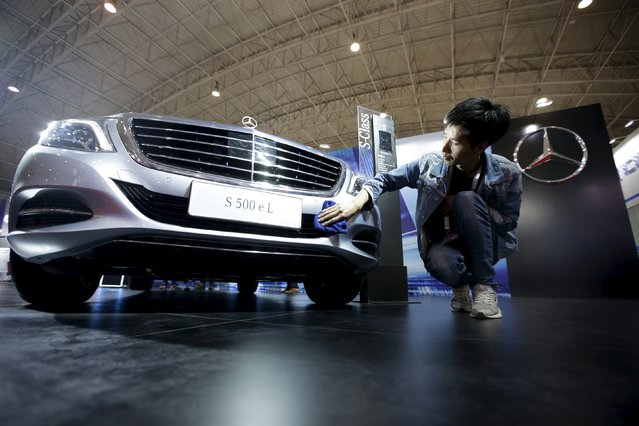 A staff member cleans a Mercedes-Benz S500 eL plug-in hybrid car during the Auto China 2016 in Beijing, China, April 25, 2016. (Photo by Jason Lee/Reuters)