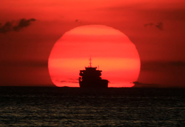 A cargo ship is silhouetted as the sun sets along the coast of Manila bay in Metro Manila, Philippines January 27, 2017. (Photo by Romeo Ranoco/Reuters)