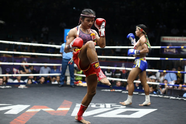 Muay Thai boxer Nong Rose Baan Charoensuk (L), 21, who is transgender, and Priewpak Sorjor Wichit-Padrew perform the Muay Thai traditional dance before their boxing match at the Rajadamnern Stadium in Bangkok, Thailand, July 13, 2017. (Photo by Athit Perawongmetha/Reuters)