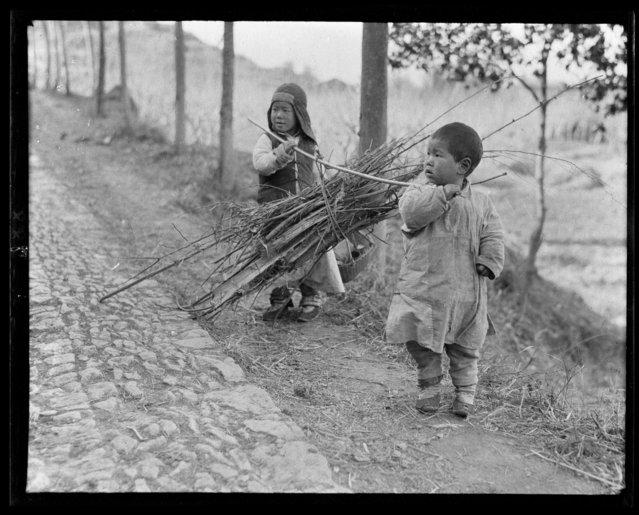 Children Carrying Firewood. China, Hangzhou, 1917-1919. (Photo by Sidney David Gamble)