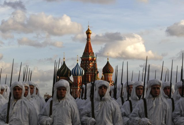 Russian servicemen, dressed in historical uniforms, take part in a military parade rehearsal in Red Square, with the St Basil's Cathedral seen in the background, in Moscow, November 1, 2013. (Photo by Maxim Shemetov/Reuters)