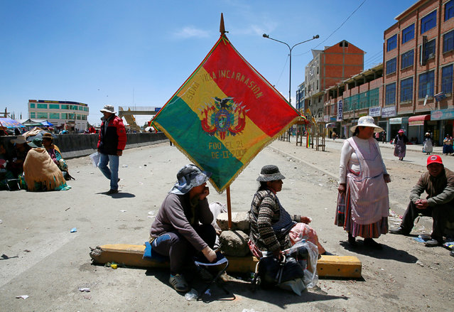 """Residents of """"Villa Encarnacion"""" block a main road as they demand for better infrastructure and development during a protest in El Alto, Bolivia, October 5, 2016. (Photo by David Mercado/Reuters)"""