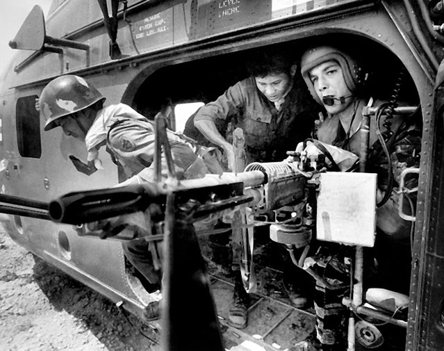 Yankee Papa 13 touches down and Farley holds his fire as South Vietnamese soldiers scramble past his machine gun to join their comrades. (Photo by Larry Burrows/Time & Life Pictures)