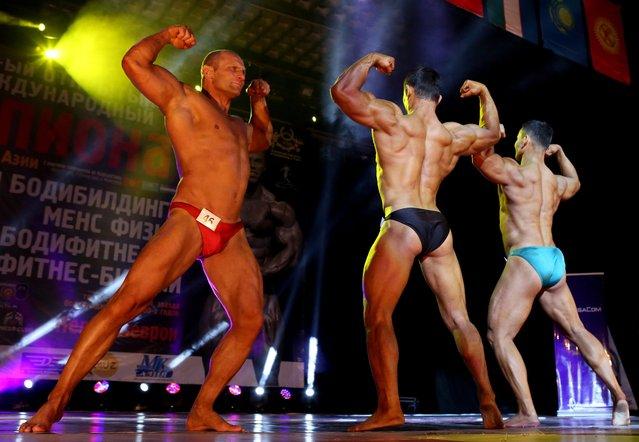 Men bodybuilders compete during the first bodybuilding championship in Bishkek, Kyrgyzstan, 08 December 2015. Sportsmen and women from Kyrgyzstan, Kazakhstan,Uzbekistan and Mongolia took part in the bodybuilding championship. (Photo by Igor Kovalenko/EPA)