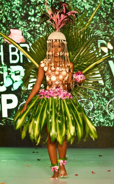 A model presents a creation by Colombian designer Sarah Bryon Abadia made with organic elements during BioFashion Show, on November 19, 2016, in Cali, Valle del Cauca department, Colombia. (Photo by Luis Robayo/AFP Photo)