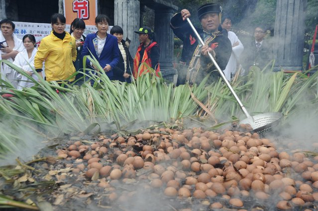 """More than a thousand eggs are boiled with spices in a pot during a """"crazy egg eating"""" game in Qingyuan, Guangdong province, December 27, 2015. Nearly a thousand tourists participated in the game. A tourist had five hot eggs eaten in a minute, according to local media. (Photo by Reuters/Stringer)"""