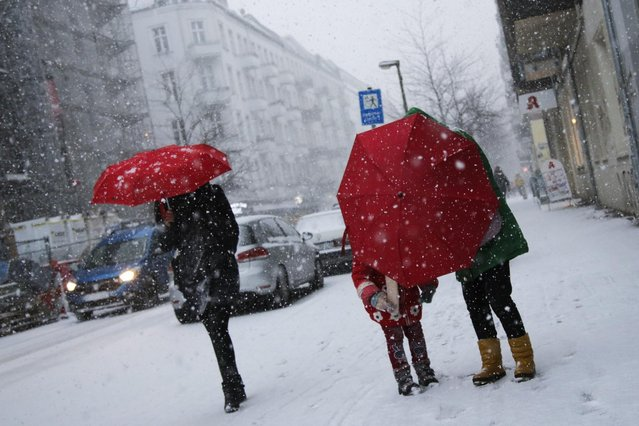 People walk through snow fall  in Berlin, Thursday,  January 5, 2017.  Snowfalls, ice, accompanied by coastal storms – winter has arrived  (Photo by Markus Schreiber/AP Photo)