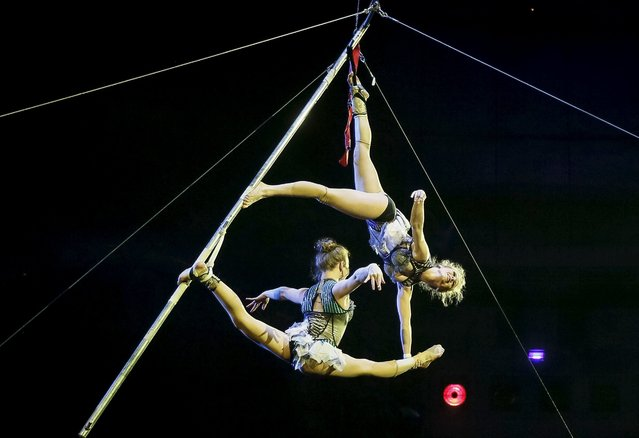 """Acrobats perform during """"Stars and starlets"""", a new programme, at the National Circus in the Ukrainian capital of Kiev April 30, 2015. (Photo by Gleb Garanich/Reuters)"""