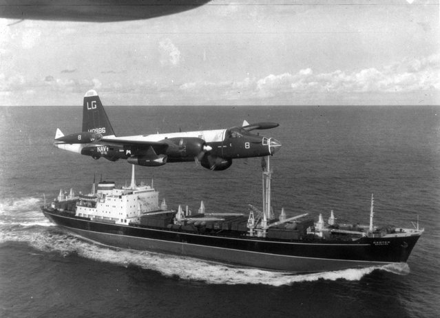 A P2V Neptune U.S. patrol plane flies over a Soviet freighter during the Cuban missile crisis in 1962. (Photo by Getty Images)