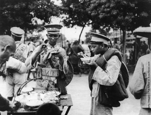 1925: Whampoa soldiers bound for the front eating noodles in Canton