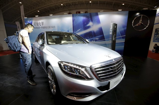 A visitor looks at a Mercedes-Benz S500 eL plug-in hybrid car during the Auto China 2016 in Beijing, China, April 25, 2016. (Photo by Jason Lee/Reuters)
