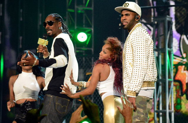 Rapper Snoop Dogg (L) and singer Jason Derulo perform onstage during the 2014 Billboard Music Awards at the MGM Grand Garden Arena on May 18, 2014 in Las Vegas, Nevada. (Photo by Kevin Mazur/Billboard Awards 2014/WireImage)