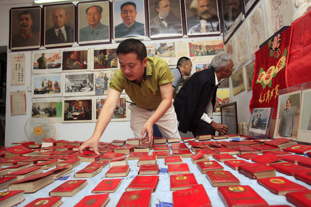 """A man arranges his collections of Chairman Mao's """"Little Red Book"""" at a """"red museum"""" he built on the second floor of his home in Yichang, Hubei Province, China, June 29, 2016. (Photo by Reuters/Stringer)"""