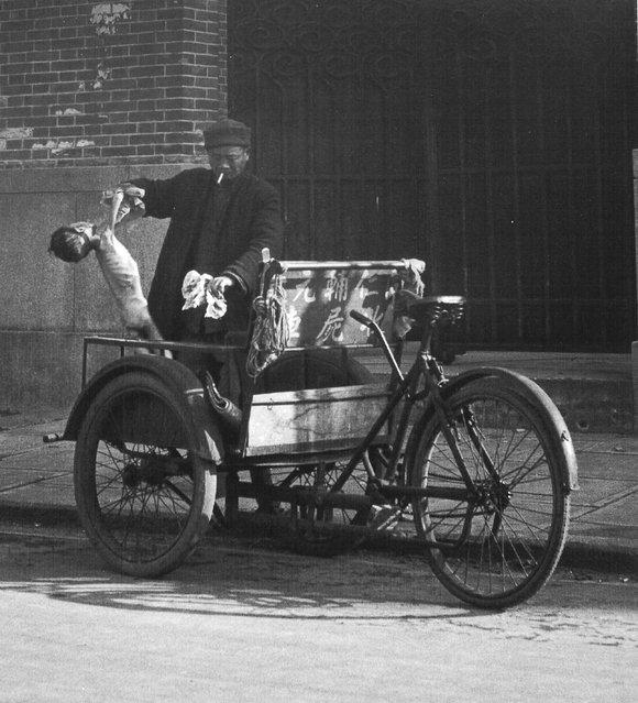 1947年12月,三轮收尸车把一童尸送往临时收尸站 (In December 1947, three corpses handlebar a child corpse sent to the temporary corpses station)
