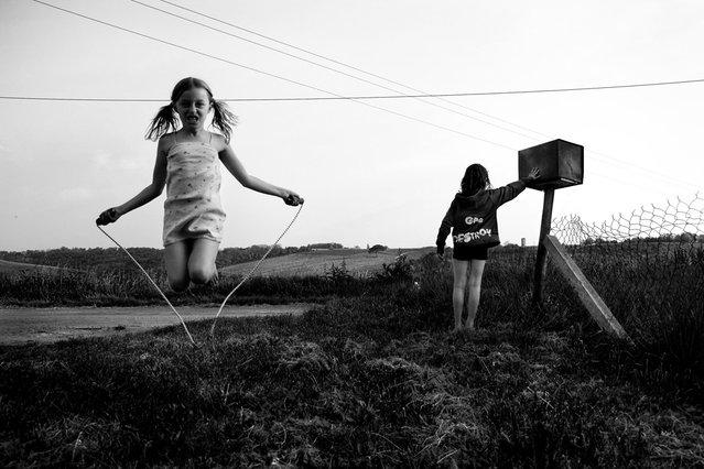 """""""Jumpology"""". """"En attendant le facteur"""". (Photo by  Alain Laboile)"""