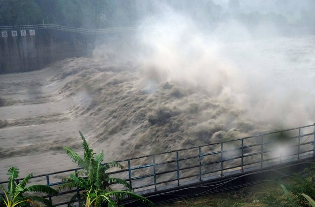 Churning waters in the Jhihtan Dam is seen in Xindian district, New Taipei City, as Typhoon Megi hit eastern Taiwan on September 27, 2016. Taiwan went into shutdown on September 27 as the island faces its third typhoon in two weeks, with thousands evacuated, schools and offices closed across the island and hundreds of flights disrupted. (Photo by Sam Yeh/AFP Photo)