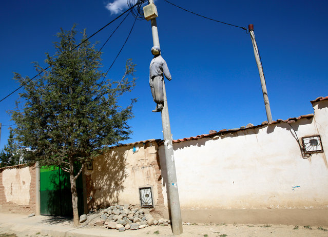 A figure placed on a lamp post as a warning to thieves is seen in El Alto, Bolivia October 5, 2016. (Photo by David Mercado/Reuters)
