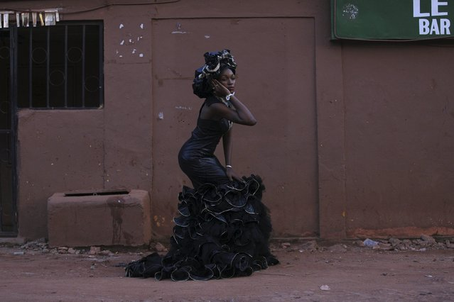 A model wears a bazin dress made by designer Fadi Maiga in Bamako, Mali, October 21, 2015. (Photo by Joe Penney/Reuters)