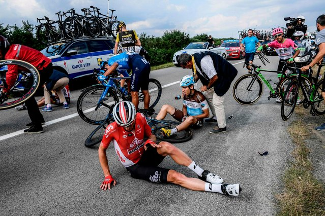 France' s Axel Domont (Rear) and Poland' s Tomasz Marczynski (Front) grimace after being caught in a massive pack fall in the last kilometers of the fourth stage of the 105 th edition of the Tour de France cycling race between La Baule and Sarzeau, western France, on July 10, 2018. (Photo by Philippe Lopez/AFP Photo)