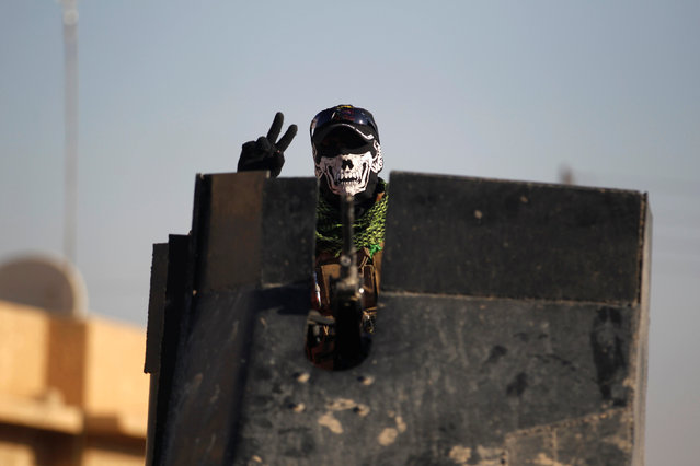 A member of the Iraqi Special Operations Forces (ISOF) gestures during a battle with Islamic State militants in Mosul, Iraq, November 28, 2016. (Photo by Khalid al Mousily/Reuters)