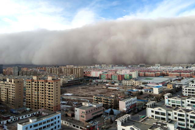 A sandstorm hits the city of Zhangye in Gansu province, China on November 27, 2018. (Photo by Reuters/China Stringer Network)