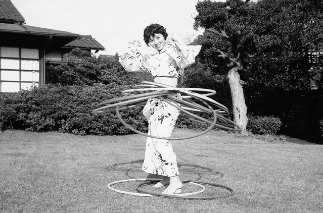 A young Japanese woman in a kimono takes part in the Hula-Hoop craze that swept America and Japan in this October 30, 1958, picture. (Photo by Mitsunori Chigita/AP Photo via The Atlantic)