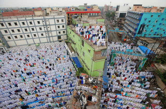 Muslims offer Eid al-Fitr prayers marking the end of the holy fasting month of Ramadan in Howrah, on the outskirts of Kolkata, India, June 5, 2019. (Photo by Rupak De Chowdhuri/Reuters)