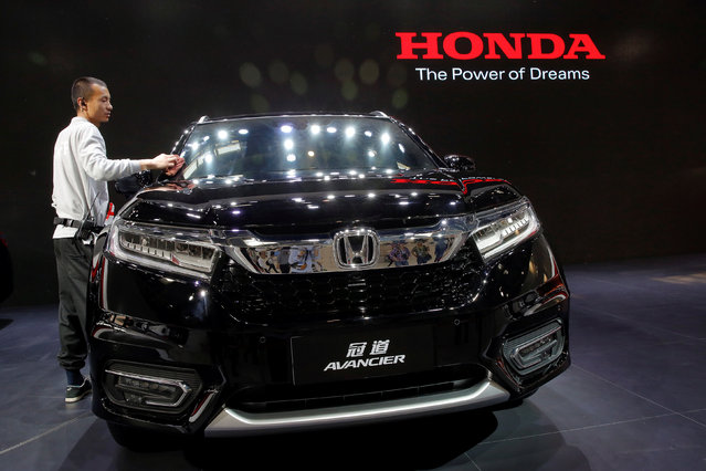 A member of staff cleans Honda Avancier SUV after it was presented during Auto China 2016 auto show in Beijing April 25, 2016. (Photo by Kim Kyung-Hoon/Reuters)