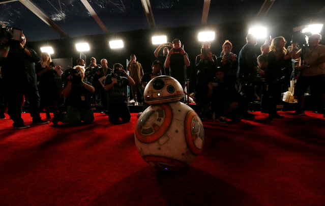 """Members of the media gather near «BB8» on the red carpet at the Los Angeles premiere of """"Star Wars: The Last Jedi"""" at the Shrine Auditorium on Saturday, December 9, 2017, in Los Angeles. (Photo by Mario Anzuoni/Reuters)"""
