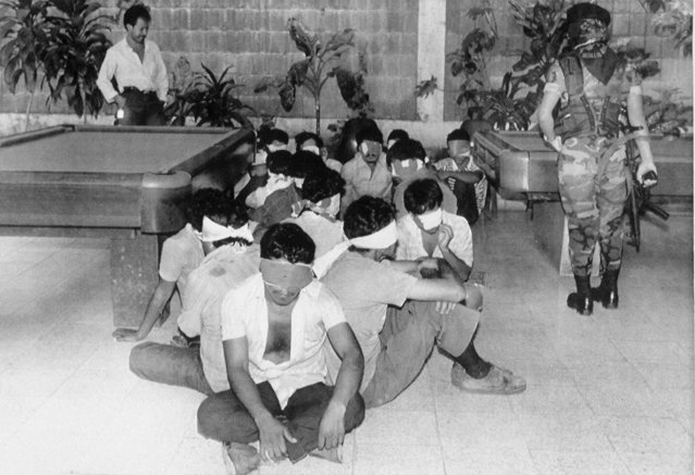 Unionists, arrested after a violent demonstration, await processing and interrogation at National Police headquarters in San Salvador, El Salvador, October 2, 1989. Three women detainees said they were raped while in custody and dozens of those arrested said they were severely beaten. (Photo by Luis Romero/AP Photo)