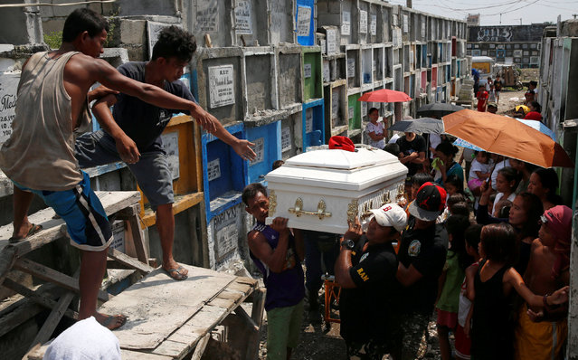 Mourners carry the coffin of Vicente Batiancila, whom police said was among five victims of drug related killings three weeks ago, during his funeral in Navotas, Metro Manila in the Philippines, October 23, 2016. (Photo by Erik De Castro/Reuters)
