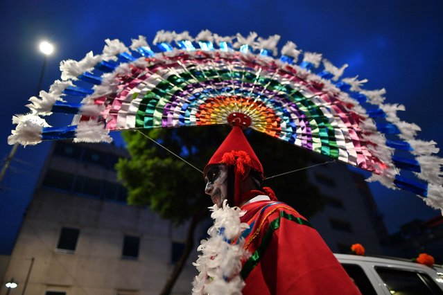 "A man takes part in the ""Catrinas Parade"" along Reforma Avenue, in Mexico City on October 23, 2016. (Photo by Yuri Cortez/AFP Photo)"