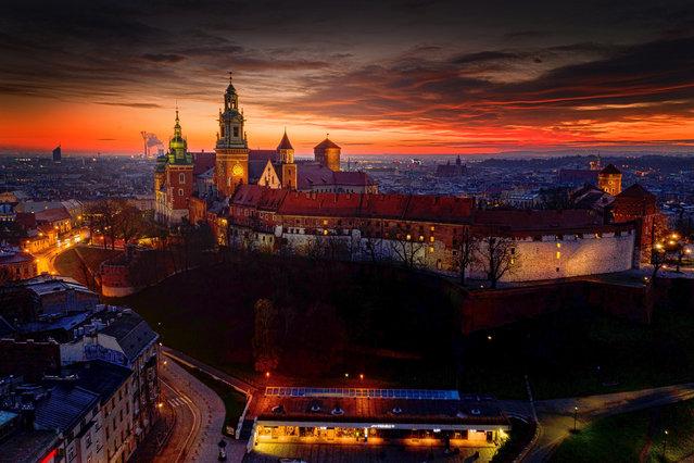 Sunrise over the Wawel Royal Castle, in Krakow, southern Poland, 07 December 2020. (Photo by Lukasz Gagulski/EPA/EFE)