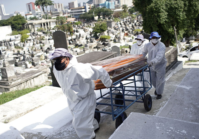Cemetery workers carry the coffin of Genivaldo Santos, who died from Covid-19, who died from the new coronavirus, as relatives cry during his burial at the municipal cemetery in Nova Iguacu, Brazil, Wednesday, November 25, 2020. Rio has seen a surge of hospitalizations due to COVID-19 infections. There has been speculation the nation could be on track to follow the path of U.S. and Europe, where new cases are spiraling. (Photo by Silvia Izquierdo/AP Photo)