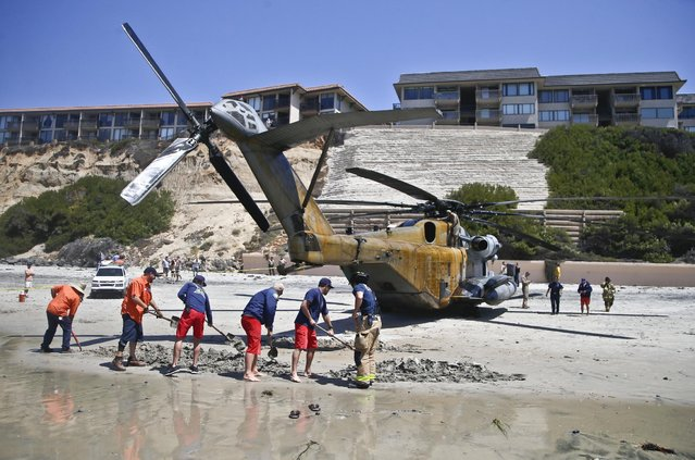 A Marine Corps helicopter sits in the sand where it made an emergency landing Wednesday, April 15, 2015 in Solana Beach, Calif. (Photo by Lenny Ignelzi/AP Photo)